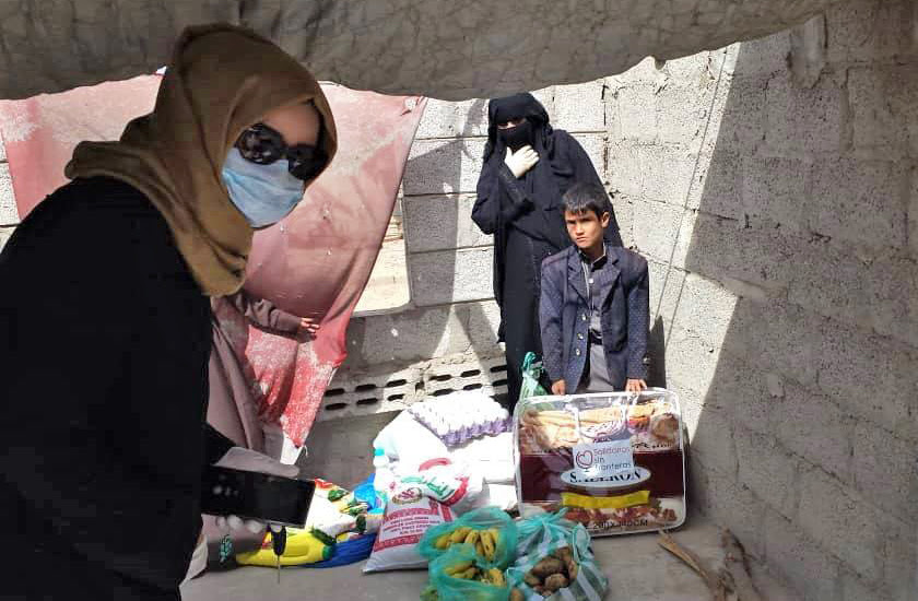 Faten, co-founder of Solidarios Sin Fronteras, brings a month's worth of food vulnerable families this week in Sana'a.